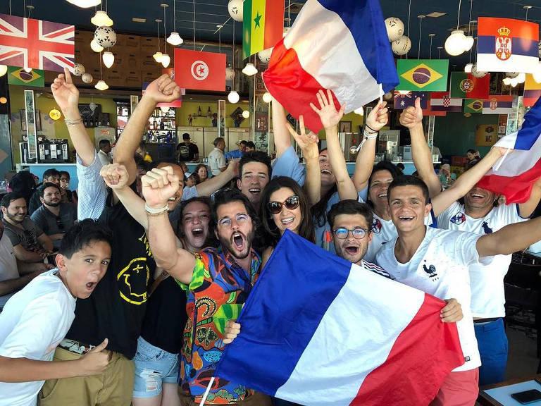 Túlio Gadêlha e Fátima Bernardes assistiram de um bar no Recife Antigo a vitória da França na Copa do Mundo contra a Croácia e escreve na legenda da foto'Se não pode vencê-los, junte-se a eles!! hahah Copa é isso!'