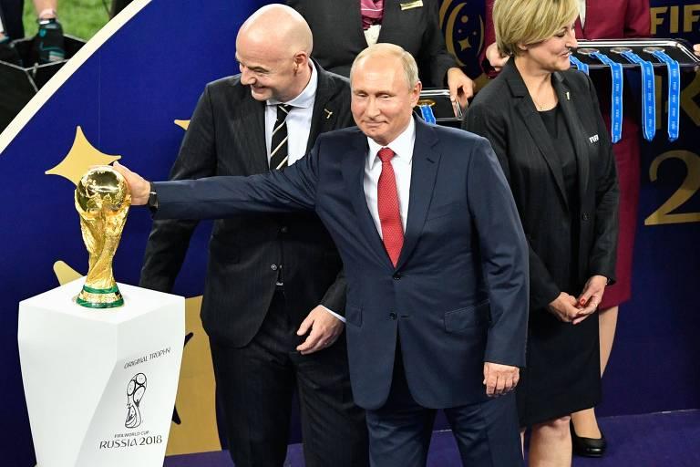 Vladimir Putin, ao lado de Gianni Infantino, presidente da Fifa, durante cerimônia de entrega da taça no estádio Lujniki, em Moscou