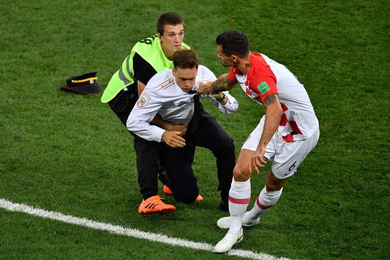 O zagueiro croata Lovren e um guarda retiram protestante de campo durante a final da Copa do Mundo