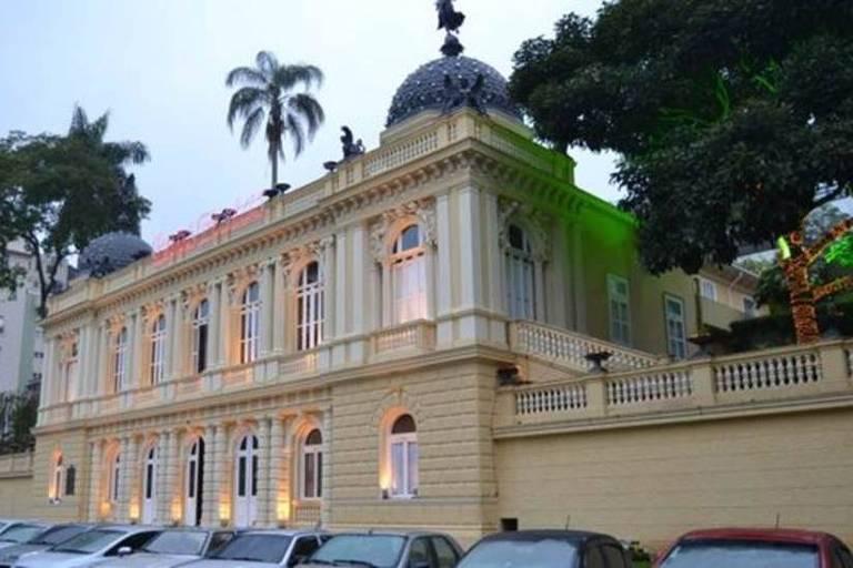 Construção amarela de estilo palaciano