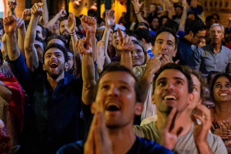 Torcedores vibram com vitória francesa no bar Les 3 Brasseurs, em São Paulo