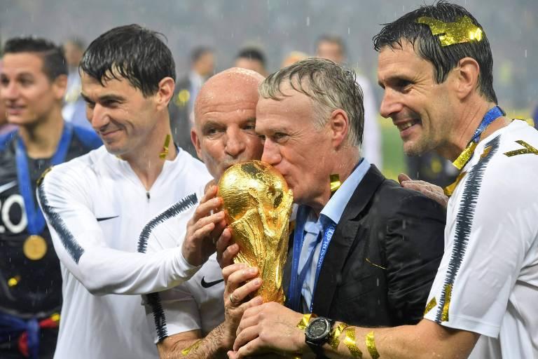 Didier Deschamps beija o troféu da Copa do Mundo, conquistada pelo francês no Mundial de 2018 na função de técnico