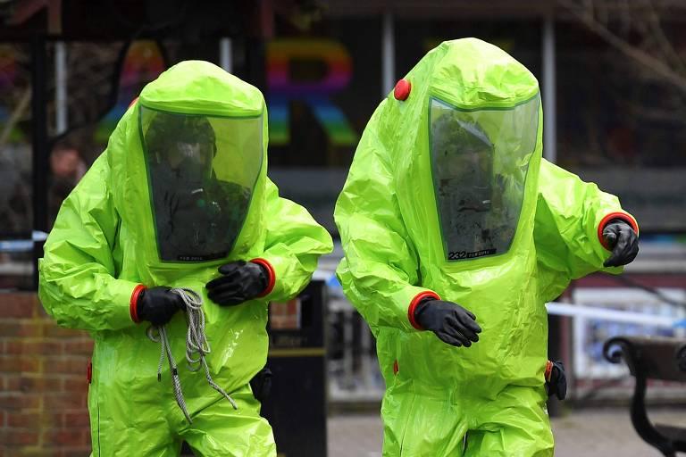 Membros do serviço de emergência britânico trabalham em local onde o ex-espião russo Serguei Skripal e sua filha Iulia foram encontrados em Salisbury, no sul da Inglaterra