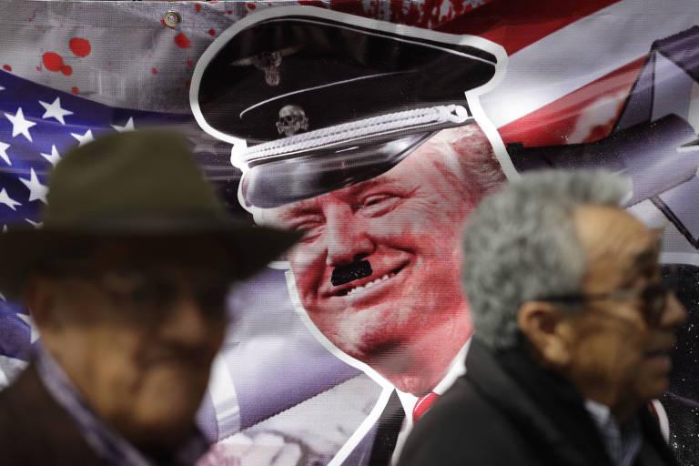Cartaz na Cidade do México mostra Donald Trump como se fosse Adolf Hitler durante protesto contra o atual presidente dos EUA