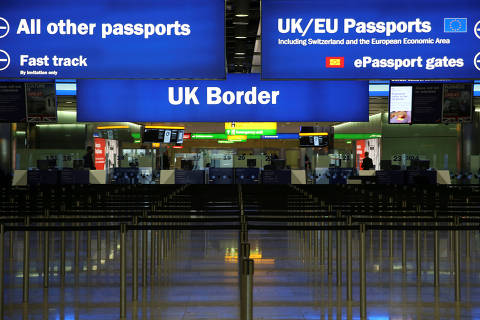 FILE PHOTO: UK Border control is seen in Terminal 2 at Heathrow Airport in London June 4, 2014.  REUTERS/Neil Hall/File Photo ORG XMIT: LON102