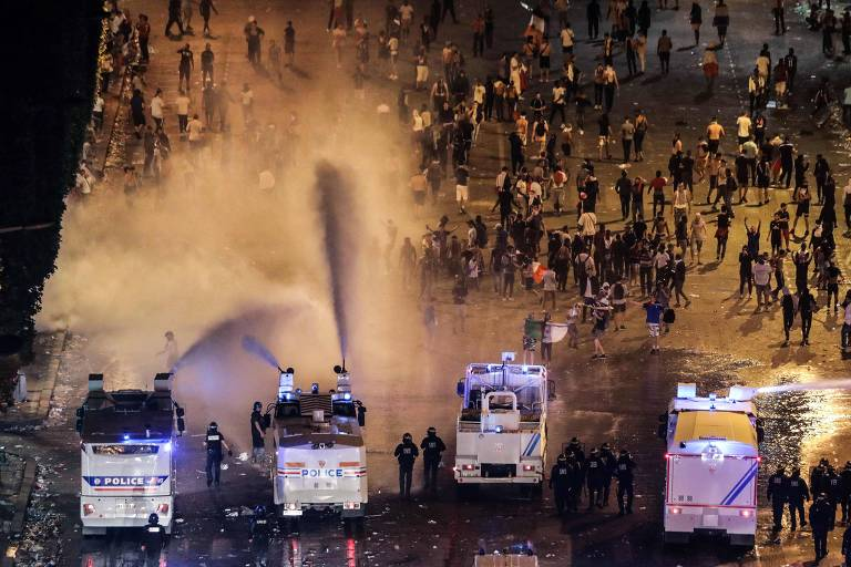 Polícia usa jatos de água para dispersar multidão durante distúrbios na Champs-Elysees, em Paris, durante comemorações da vitória no Mundial