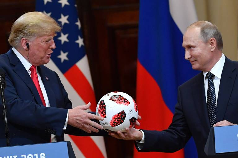 O presidente russo Vladimir Putin entrega bola do mesmo modelo usado na Copa do Mundo para Donald Trump durante o encontro na Finlândia
