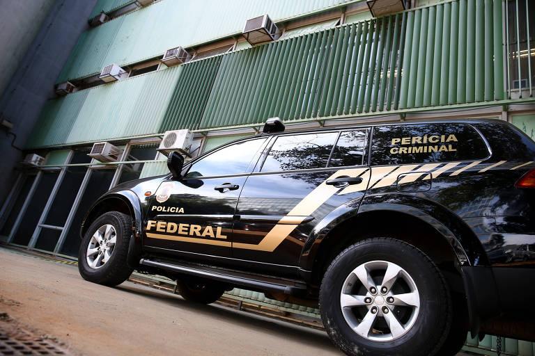 Carro da Polícia Federal próximo à sede do Ministério do Trabalho; servidores encontraram salas com material revirado nesta segunda (16)