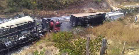 Engavetamento com 11 veículos matou 8 e provocou incêndio na BR-2511, no município de Francisco Sá, no norte de Minas