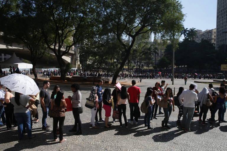 Multidão se aglomera em busca de vagas formais