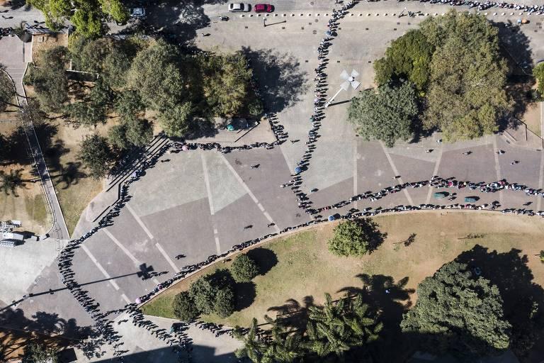 Multidão se aglomera em busca de vagas formais em São Paulo