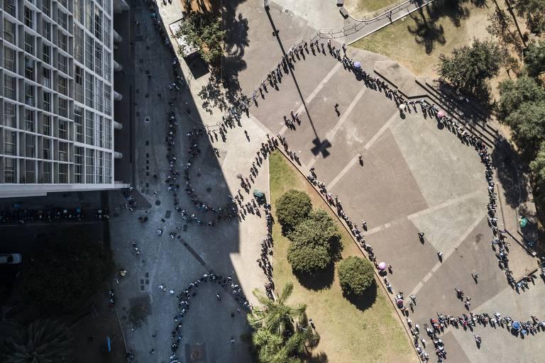 Multidão se aglomera nas imediações do Secsp (Sindicato dos Comerciários de São Paulo)