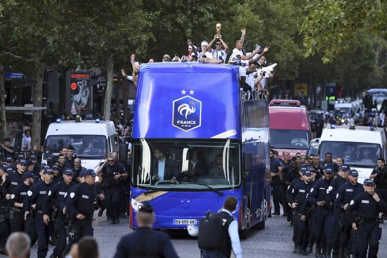 Seleção francesa chega a Paris após conquistar o bi mundial