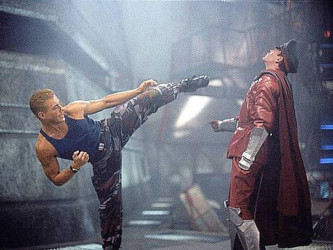 """Cena do filme """"Street Fighter"""" com Jean-Claude Van Damme [Van.Damme] e Raul Julia. [FSP-Primeira-12.05.95]*** NÃO UTILIZAR SEM ANTES CHECAR CRÉDITO E LEGENDA***"""