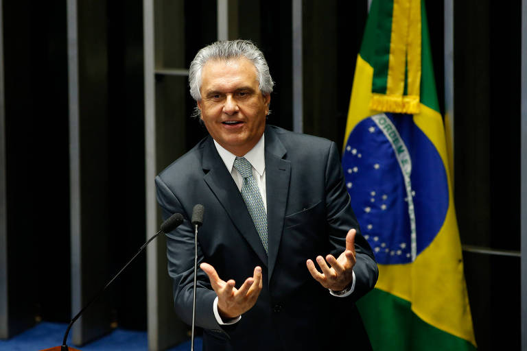 Ronaldo Caiado gesticulando diante de microfone