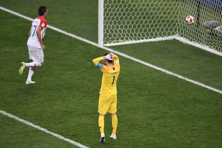 Hugo Lloris leva as mãos à cabeça e lamenta após falhar na frente do atacante croata Mandzukic