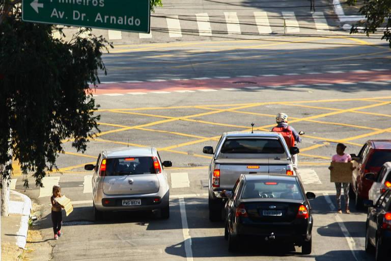 Flagrante de trabalho infantil, nos cruzamentos das ruas Bartira e Avenida Sumaré, no bairro de Sumaré, zona oeste de São Paulo, no dia 14 de julho