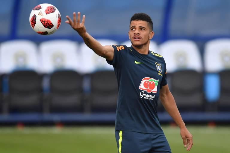 O atacante Taison participa de treinamento da seleção brasileira
