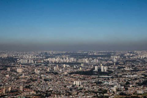 SAO PAULO - 07.08.2014 - Faixa de poluicao vista do Pico do Jaragua na manha de hoje. Indice de umidade na cidade proximo de 10%. (Foto: Danilo Verpa/Folhapress, COTIDIANO) ***EXCLUSIVO FOLHA*** PANORAMICA 10