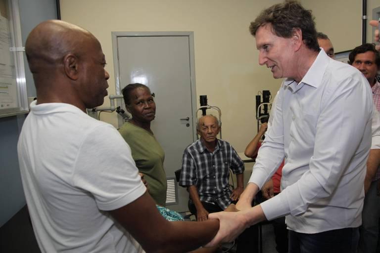 O prefeito do Rio, Marcelo Crivella (PRB), entrega equipamento usado no mutirão de cirurgias de catarata da prefeitura