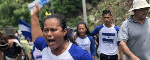 Susana López no enterro do filho, o universitário Gerald José Vásquez, 20, morto durante protesto em Manágua, Nicarágua, no último sábado (14). Crédito: Fabiano Maisonnave / Folhapress