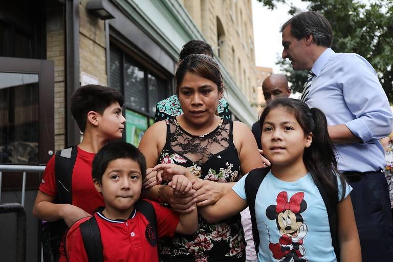 De vestido estampado, González aparece no centro, segurando as mãos dos três filhos, que aparecem na seguinte ordem: à esquerda acima está Lester, o mais velho, usando uma camiseta vermelha e olhando para a direita, abaixo dele está Deyuin, que também usa camiseta vermelha, e no lado direito está Jamelin, de nove anos, com camiseta azul com estampa da Minnie Mouse.