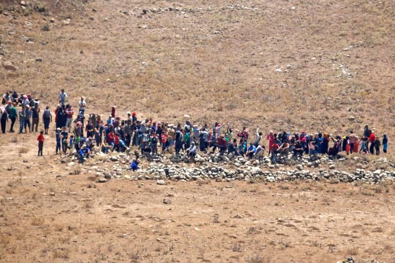 Israel manda afastar de fronteira srios fugindo de ofensiva 1707 srios se aproximam da colinas de gol ocupada por israel fugindo de ofensiva do governo jalaa mareyafp stopboris Images