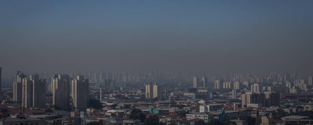 Vista de São Paulo do bairro de Santana nesta terça (17), onde é possível ver a faixa de poluição