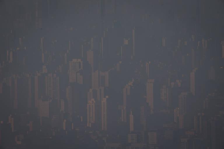 Vista de São Paulo do Pico de Jaraguá, onde a visibilidade é prejudicada por conta da neblina e poluição