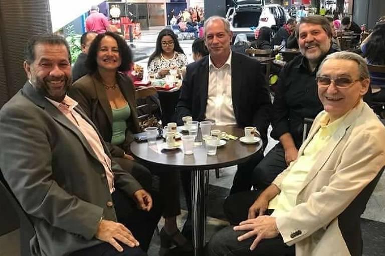 Ciro Gomes na mesa com políticos