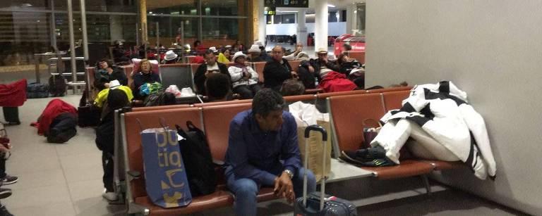 Passageiros improvisam para dormir no aeroporto de Lisboa enquanto aguardam embarque para o Brasil