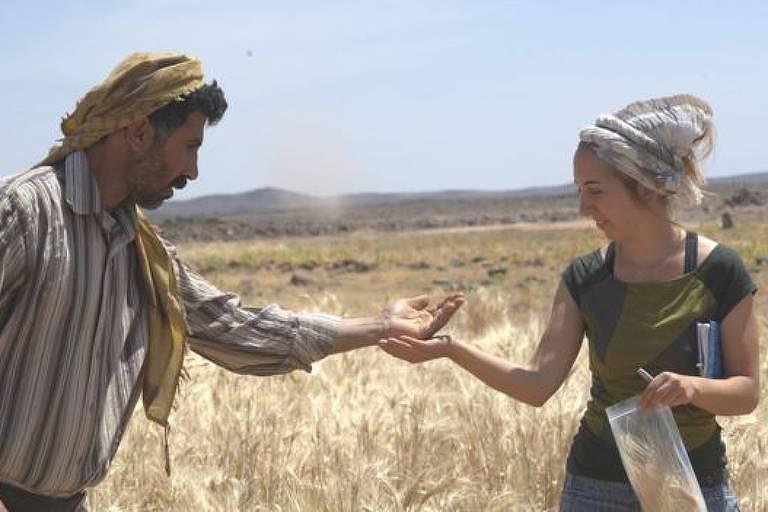 Homem e mulher compartilham cereais