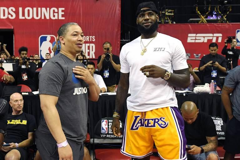 Treinador do Cleveland Cavaliers,  Tyronn Lue, conversa com LeBron James durante os jogos de verão da NBA
