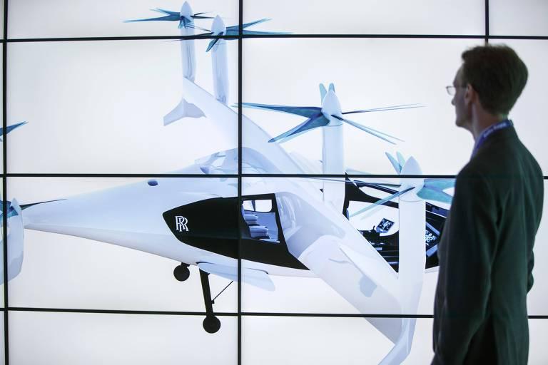 Homem observa imagens de 'taxi voador' da Rols-Royce