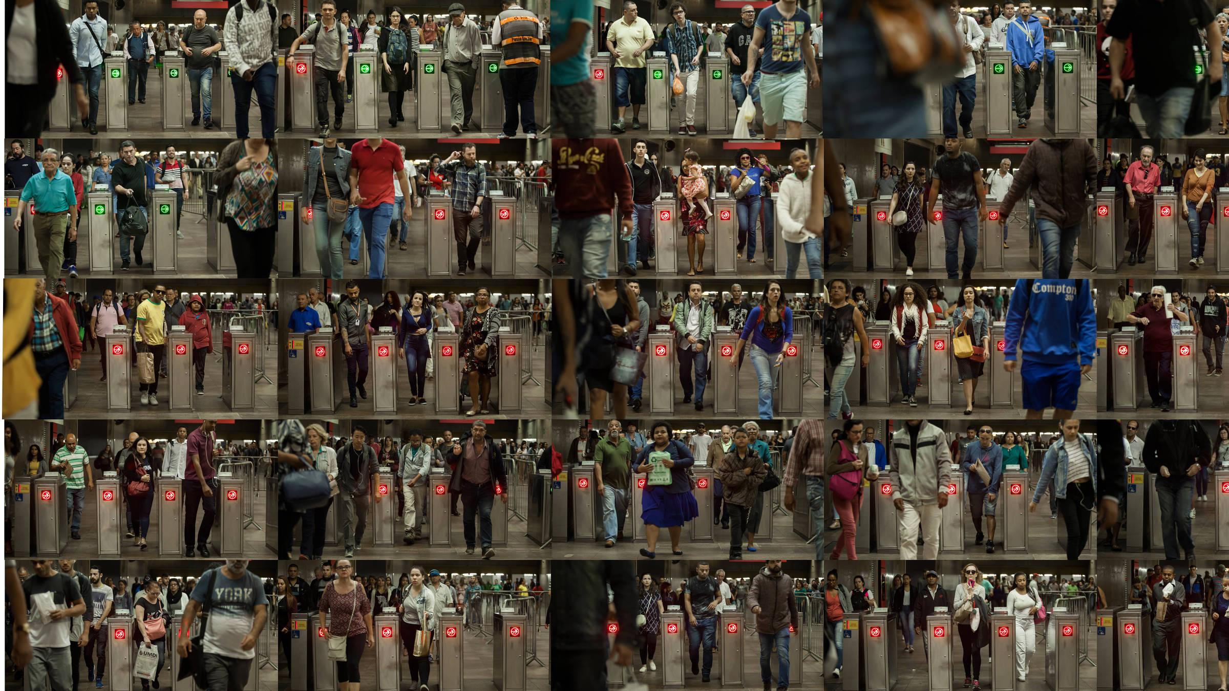 Usuários passam por catracas que separam as linhas de metrô e de trem na estacão da Luz, no centro de São Paulo - Julio Bittencourt/Folhapress