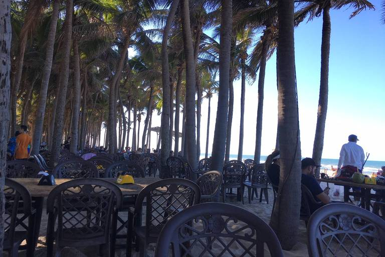 Cadeiras vazias em praia na área do Beach Park, no Ceará, após acidente no parque aquático