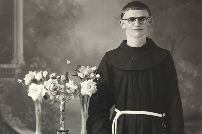 Paulo Evaristo Arns jovem, em 1939, com roupas clericais