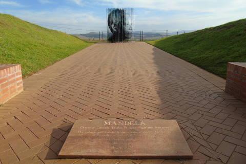 Escultura do rosto de Nelson Mandela no local em que ele foi capturado, em Howick, na África do Sul