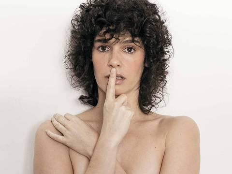 Atriz Maria Flor em ensaio sensual para a revista Trip de julho