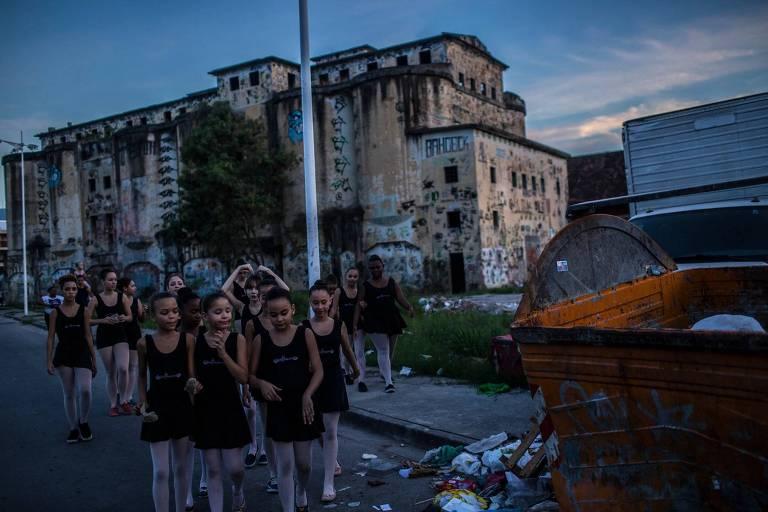 Alunos a caminho da aula na favela de Manguinhos, no Rio de Janeiro