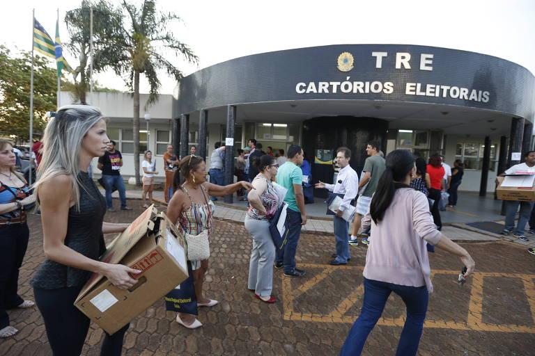 Presidentes de sessões eleitorais trazem as urnas eletrônicas para sede do TRE em Itumbiara (GO), na eleição de 2016