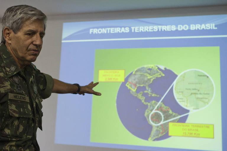 De pé, general Augusto Heleno fala sobre sistema de vigilância de fronteiras