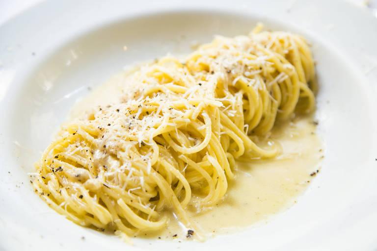 Espaguete cacio e pepe servido na Tappo Trattoria