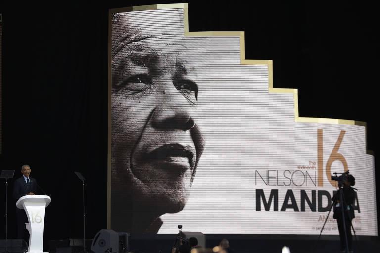 Obama está no canto esquerdo, em um púlpito branco, enquanto o banner ocupa três quartos da foto à direita. A altura dele é duas vezes maior que a de Obama, em seu início está o rosto de Mandela. O banner forma uma espécie de escada do rosto de Mandela até a metade da altura. Uma câmera de vídeo tampa parte do logotipo do evento.
