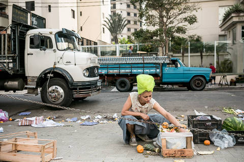 SAO PAULO - SP - 05.07.2018 - COMIDA - Vamos contar a história da cozinheira Raquel Blaque, que usa ingredientes da xepa. Na foto, Raquel na feira de Perdizes, à procura de ingredientes que são descartados pelos feirantes, com ela Alison Ronsani (lenço na cabeça). FOTO: KEINY ANDRADE/FOLHAPRESS