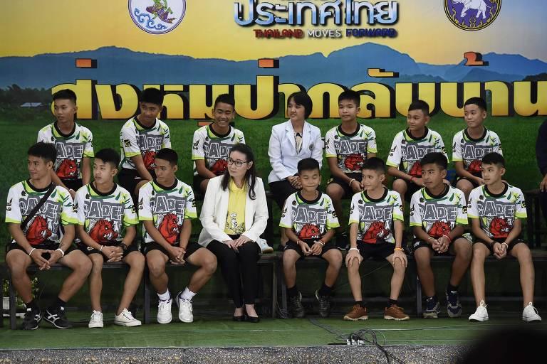 Os 12 meninos e o técnico dos Javalis Selvagens com duas das médicas que cuidaram do grupo participam da entrevista coletiva em Chiang Rai