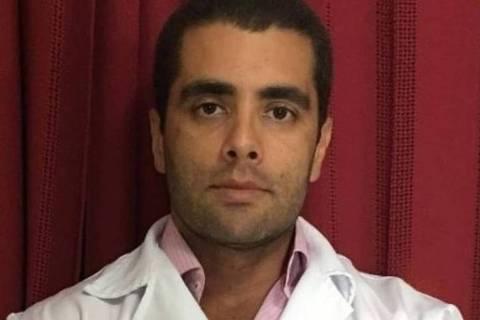 O médico Denis Furtado, conhecido como doutor Bumbum, tinha seu registro profissional cassado em Brasília e era proibido de exercer a medicina no Rio
