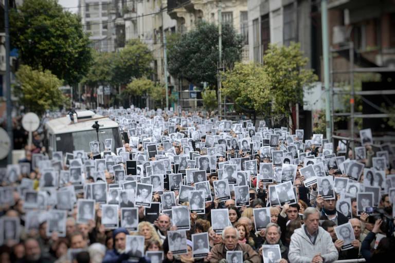 Manifestação nesta quarta (18) em Buenos Aires em homenagem às vítimas do ataque à sede da Associação Mutual Israelita Argentina