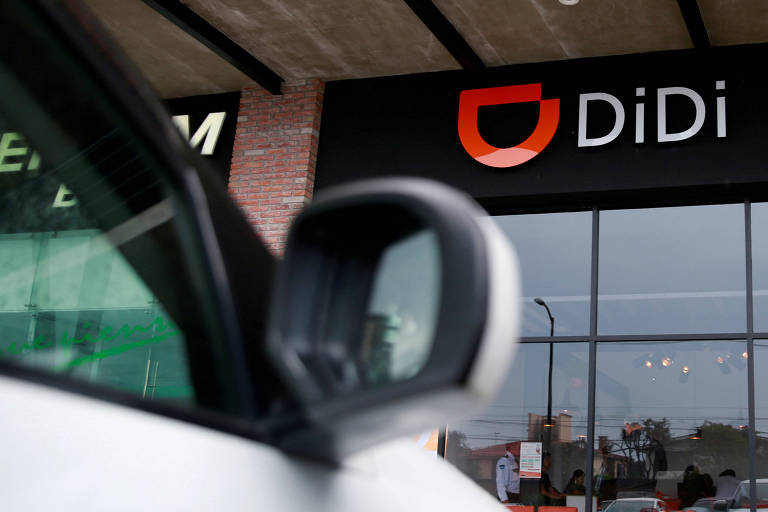 Logo da empresa chinesa Didi vista de dentro de um carro
