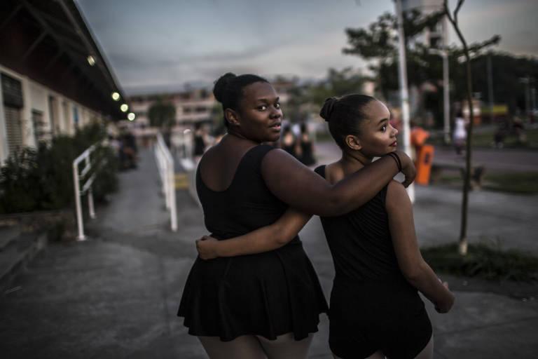 Isabelle Sande, à esquerda, e Isabela Peixoto fazem balé na favela de Manguinhos, no Rio de Janeiro